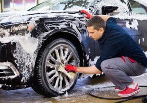 Mycie i pielęgnacja auta – doradzamy jak zabezpieczyć samochód przed zabrudzeniami